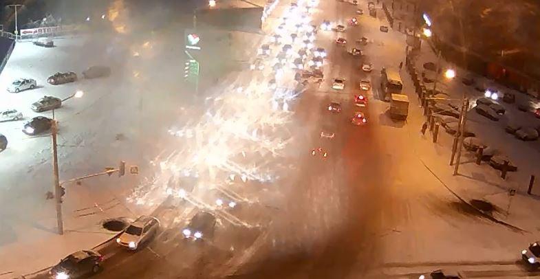 Всети интернет опубликовали видео момента ДТП сполицеским джипом вУфе
